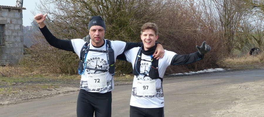 """W pierwszej edycji """"Zasuwaja!"""" udział wzięło aż 114 sportowców! Biegacze pomykali przez polne i leśne drogi, tu Piotr Muc (z lewej) i Michał Skuzjus (grupa #8ranobasen EMP Iława)"""