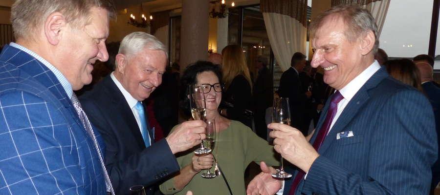 Toast za pomyślność w nowym roku wznoszą (od lewej) Henryk Dzierzęcki, Eugeniusz Jaremko, Halina Jaremko i wójt Krzysztof Harmaciński