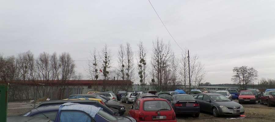 Odholowywane pojazdy z dróg powiatowych trafiają na parkin strzeżony przy ul.Cementowej w Olsztynie, który prowadzi Powiatowa Służba Drogowa.