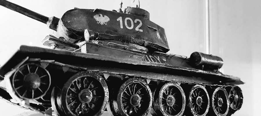 Model czołgu T-34 wykonane przez Leszka Wołyńskiego z Bisztynka.