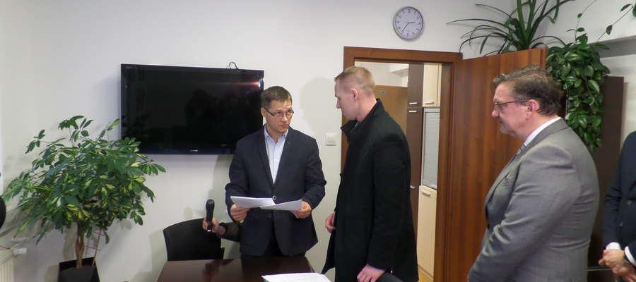Od lewej: Komisarz wyborczy w Olsztynie Mariusz Stachowiak i członkowie grupy referendalnej: Piotr Jastrzębski i Krzysztof Teliczan,