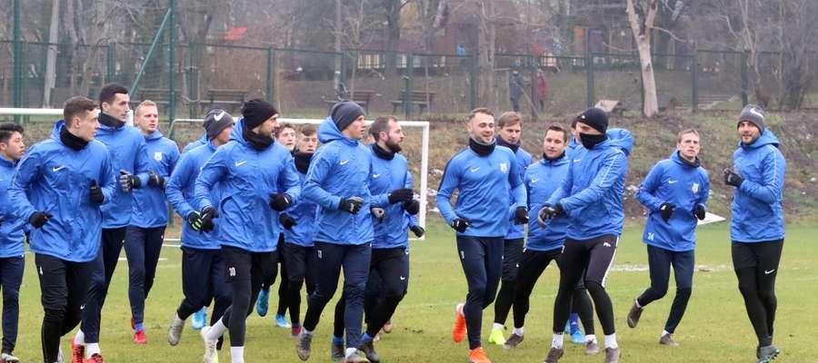 Piłkarze pierwszoligowego Stomilu Olsztyn wczoraj wznowili treningi, a pierwsze zajęcia przebiegły przy niemal wiosennej pogodzie