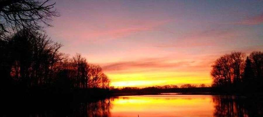 Krajobraz okolic Grotowa o zachodzie słońca.
