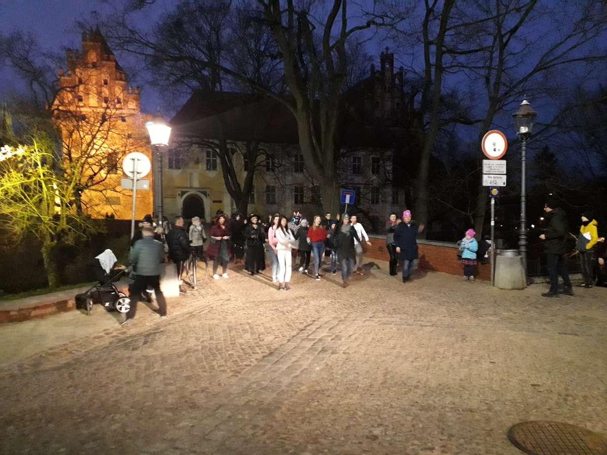 Olsztynianki tańczą na moście obok pomnika Mikołaja Kopernika 14 II 2019