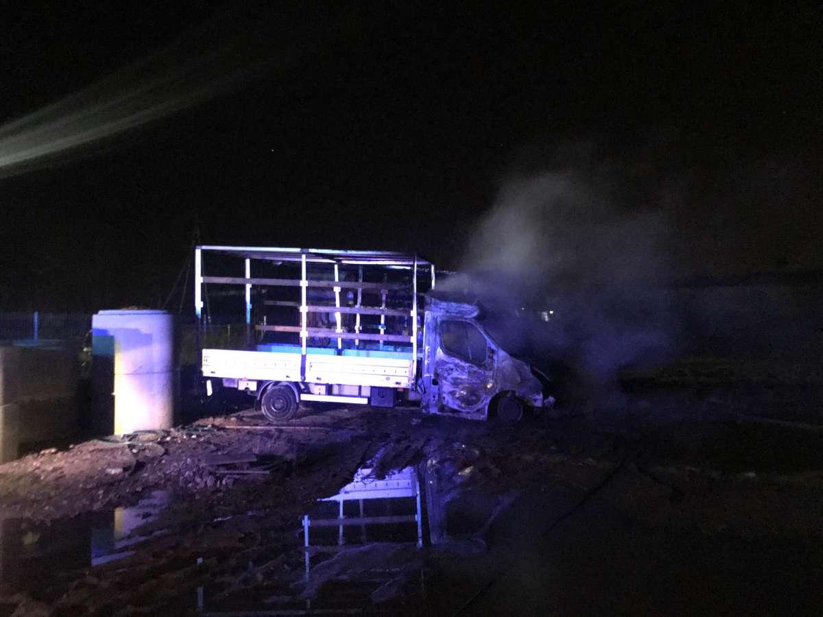 Na ul. Strefowej w Bartoszycach spłonął samochód dostawczy.
