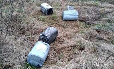 Kto wyrzucił bańki wypełnione zużytym olejem?