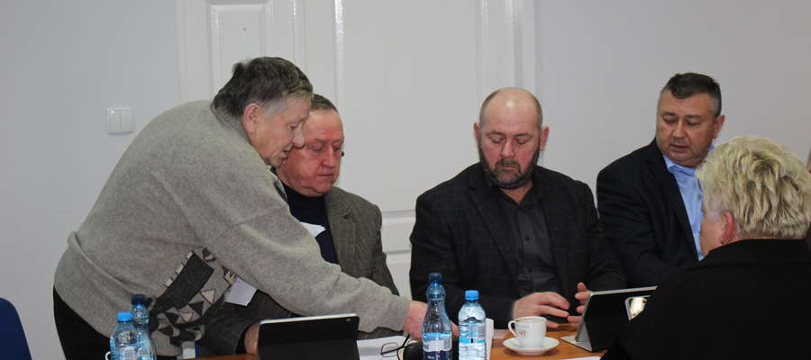 Mieszkaniec Mojnowa przybył osobiście na sesję Rady Powiatu, by opowiedzieć o uciążliwości, jaką powoduje chlewnia sąsiada