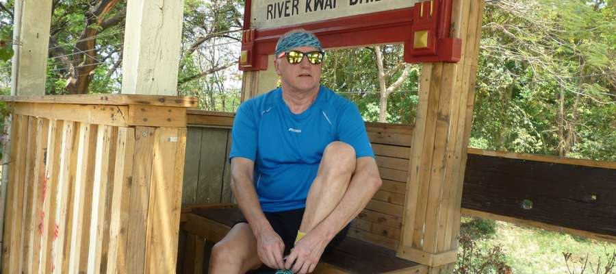 Paweł Hofman, nasz sportowy felietonista, autor Przewodnika Po Bieganiu, na słynnym moście na rzece Kwai
