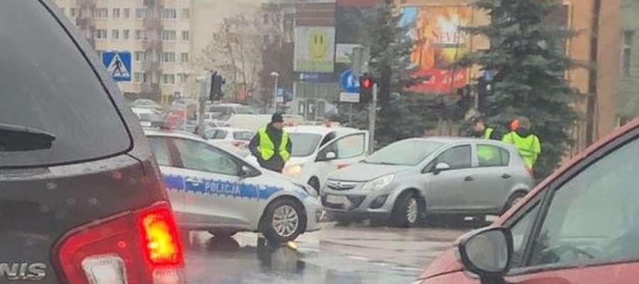 Wypadek na skrzyżowaniu Warszawskiej i Barczewskiego. Jedna osoba w szpitalu