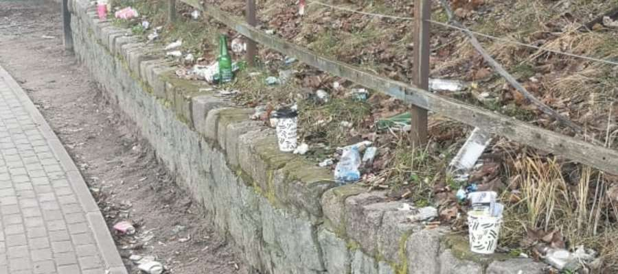 Sygnał od naszego czytelnika dotyczył zaśmiecenia terenu, a dokładnie murka, znajdującego się tuż przed dworcem kolejowym Iława Główna