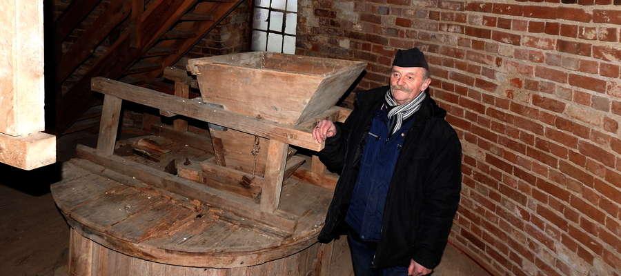 Jan Ostrowski we wnętrzu starego wiatraka