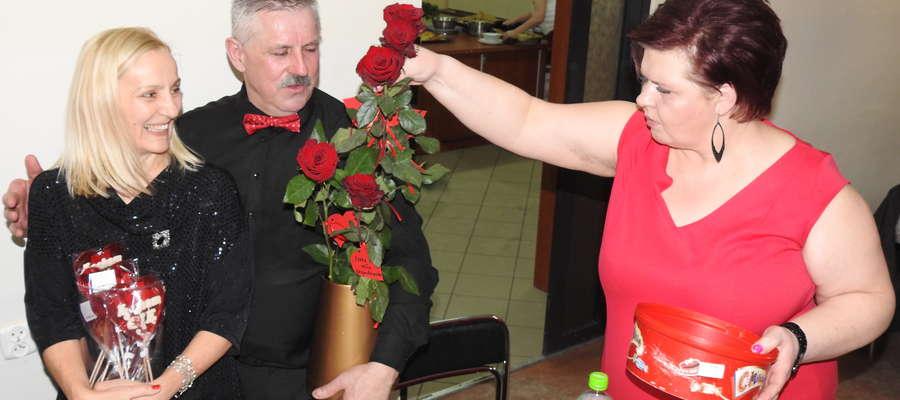 Przedstawiciele Rady Rodziców zachęcali panów do kupienia różyczek i lizaków dla wybranek swojego serca