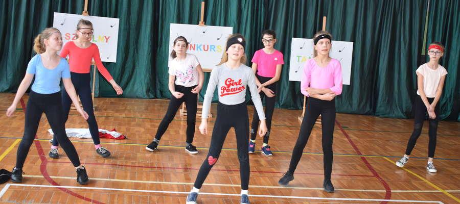Uczennice z Marzęcic podczas tańca na szkolnej scenie