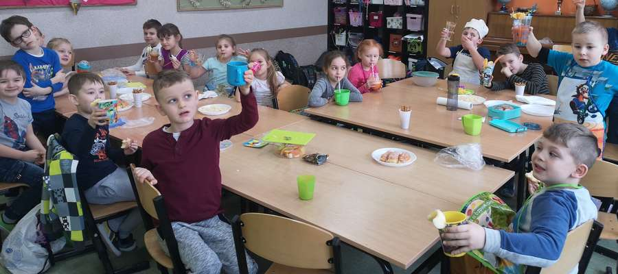 dzieci pokazują soki, które wykonały
