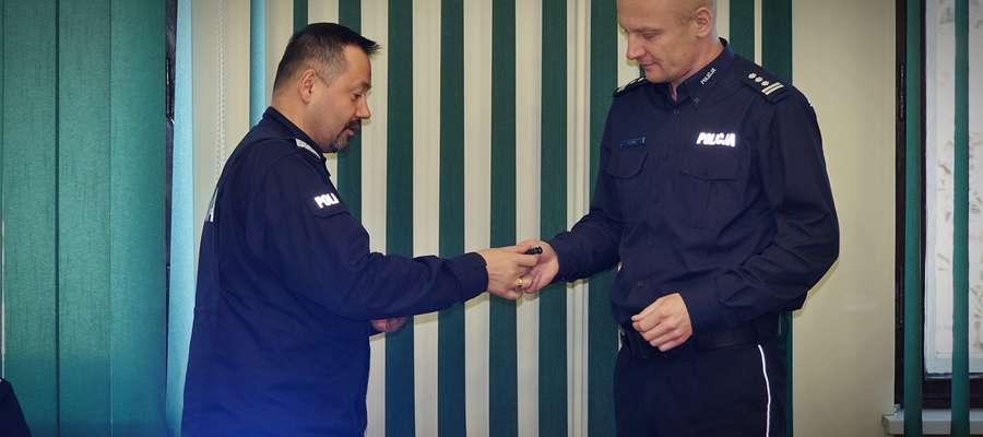 Komendant wojewódzki (z lewej) przekazał kluczyki do nowego radiowozu