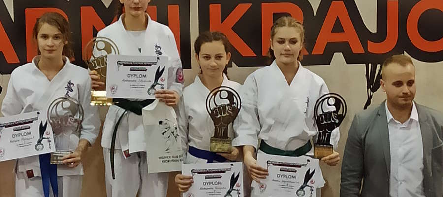 Zawodniczki BKKK na podium w Wojniczu. Pierwsza z lewej Natalia Maksymik, pierwsza z prawej Amelia Wojciechowicz