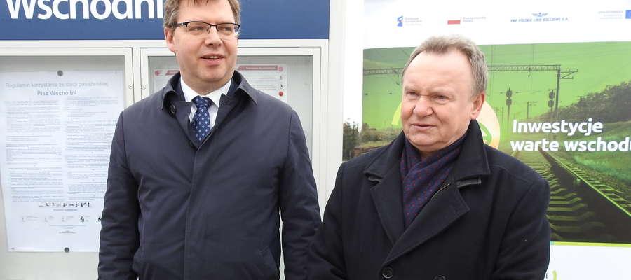 (Z lewej) wojewoda Artur Chojecki oraz prezes Ireneusz Merchel