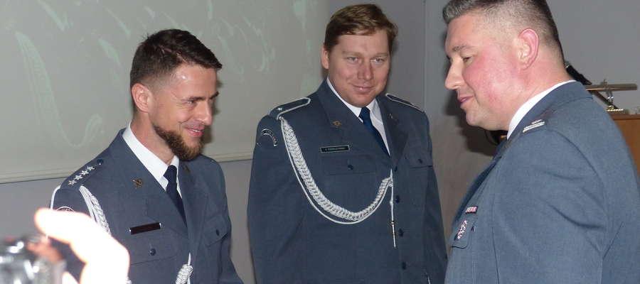 Dyrektor Zakładu Karnego w Iławie mjr. Jarosław Stawski (pierwszy z prawej) docenił pracę m.in. kpt. Amadeusza Sochy (pierwszy z lewej) oraz chor. Pawła Pierczyńskiego (w środku)