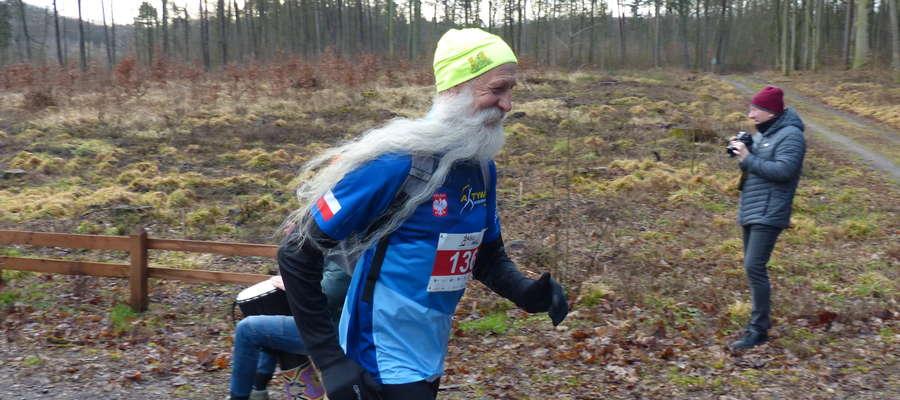 Niezwykle charakterystyczny Zbigniew Tocha (Aktywni Kociewiacy) wbiega właśnie w las na Kamionkę
