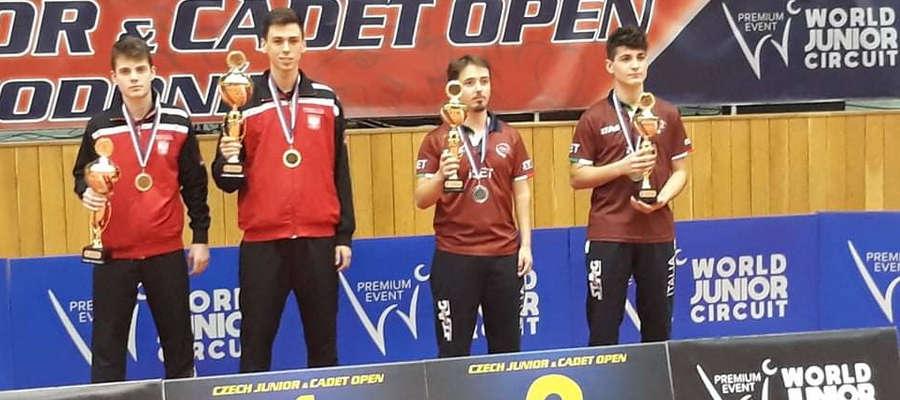 Łukasz Sokołowski (drugi z lewej), tenisista stołowy Morlin Ostróda