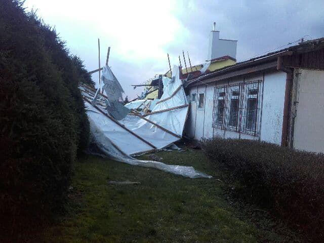 Zerwany przez wichurę dach budynku socjalnego na stadionie w Sępopolu.