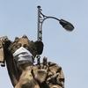 Rzeźby przypominają: maski włóż!