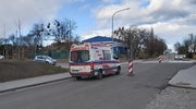 Ratownik medyczny w kombinezonie zabrał kobietę z dworca w Iławie. Pasażerka przyjechała z Kołobrzegu [WIDEO]