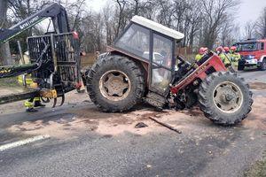 Ciągnik zderzył się z mercedesem. Jedna osoba trafiła do szpitala