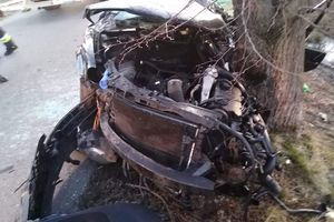 Uderzył samochodem w drzewo. Kierowca walczy o życie w szpitalu