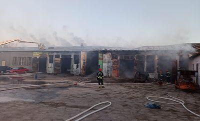 Pożar warsztatu w Biskupcu. Jedna osoba trafiła do szpitala