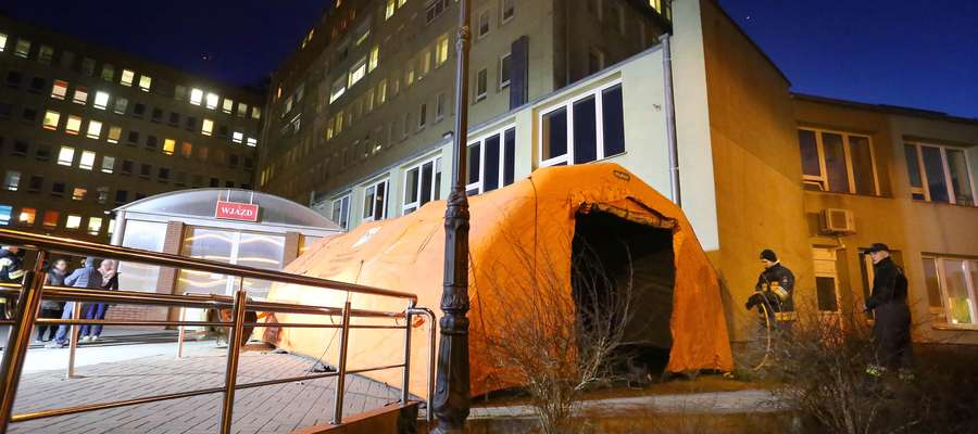 Namioty pod szpitalem