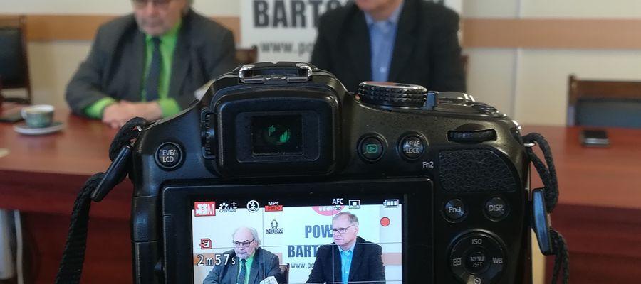 Konferencja prasowa starosty powiatu bartoszyckiego Jana Zbigniewa Nadolnego (z lewej) i dyrektora szpitala powiatowego w Bartoszycach Sławomira Wójcika