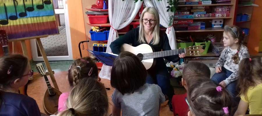 Przedszkolaki poznawały ludzi związanych z muzyką oraz różne instrumenty muzyczne