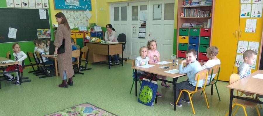 Pani Natalia poprowadziła zajęcia z przedszkolakami