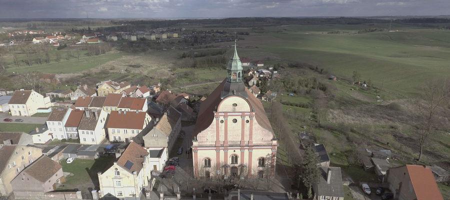 Widok na kościół w Bisztynku z lotu ptaka.