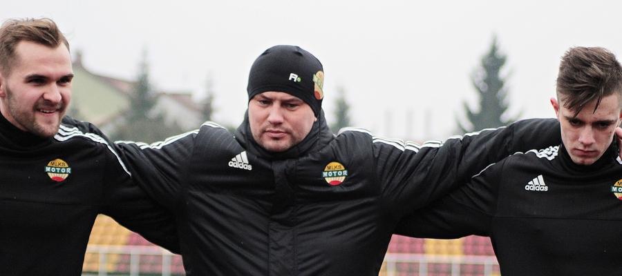 Trener Motoru Lubawa Krzysztof Malinowski (na zdjęciu w środku) uważa, że nie uda się dokończyć sezonu 2019/20