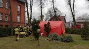 Strażacy rozstawili przed szpitalem namiot pneumatyczny