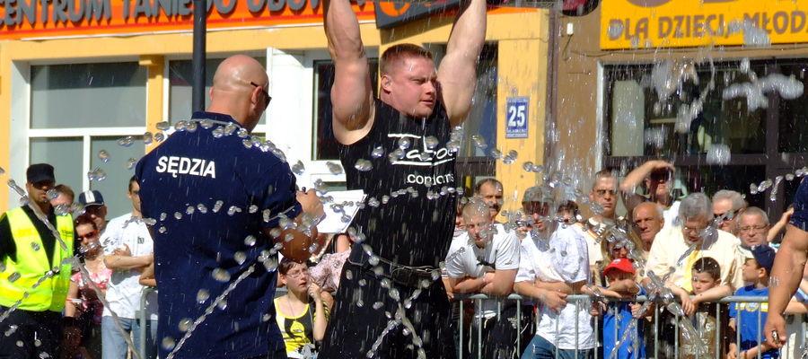 Czerwiec 2008: Puchar Polski strongman w Bartoszycach. Na zdjęciu zwycięzca zawodów Krzysztof Radzikowski