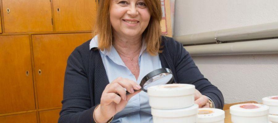 Profesor Bożena Kordan hoduje mszyce i bada ich reakcje na pokarm