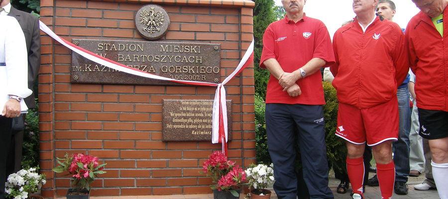 Piłkarze Orłów Górskiego podczas wizyty w Bartoszycach (czerwiec 2007). Od lewej: Jan Domarski, Lesław Ćmikiewicz i Zygmunt Kalinowski