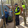 Podopieczni Schroniska dla Bezdomnych w Olsztynie szyją maseczki dla potrzebujących. Mundurowi pomagają w dystrybucji [ZDJĘCIA]