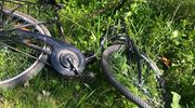 Czołowe zderzenie osobówki z rowerzystką