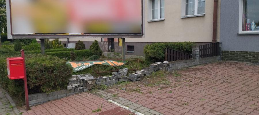 Pijany 27-latek wjechał na chodnik i uderzył w betonowy murek uszkadzając przy okazji bilboard — do zdarzenia doszło przy ulicy Wyszyńskiego w Iławie