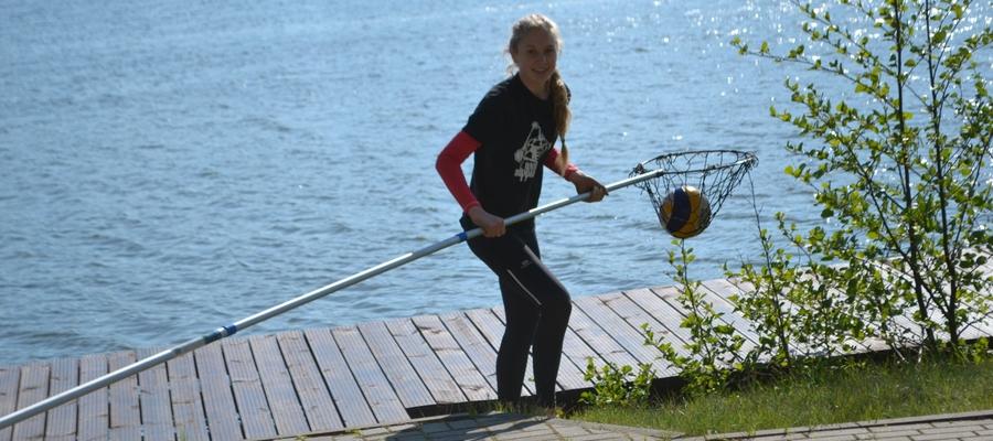 """Treningi odbywają się w """"Mechaniku"""", tuż nad Jeziorakiem Małym. W taki sposób (od lat) siatkarki i siatkarze wyławiają piłki z jeziora"""