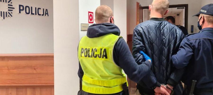 Policjanci prowadzą sprawcę