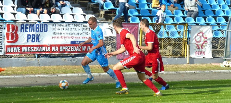 Arkadiusz Kuciński (przy piłce, błękitny strój) podczas rozegranego 15 września 2019 meczu z GKS-em Wikielec, do którego (nieoficjalnie) był przymierzany