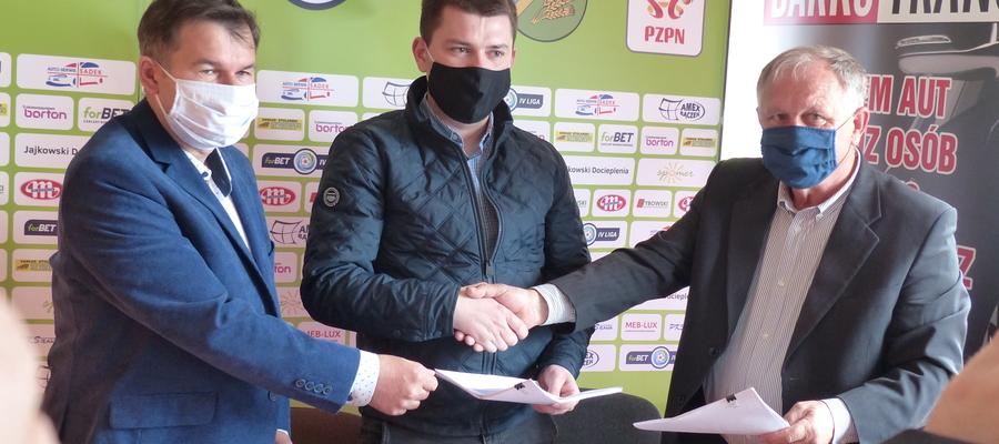 Na zdjęciu od lewej strony Krzysztof Sadowski (GKS Wikielec), Mateusz Ruczyński (reprezentant wykonawcy budowy) i prezes GKS-u Wikielec Krzysztof Bączek