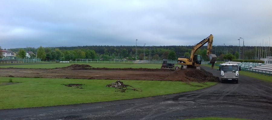 Prace przy przebudowie boiska na terenie MOSiR w Mławie.
