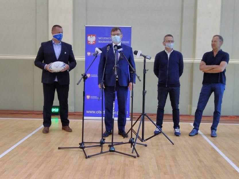 Pokaz treningu szermierki zawodników UKS Hajduczek.4 po konferencji prasowej wojewody Artura Chojeckiego podsumowującą wyniki tegorocznej edycji Rządowego Programu Klub