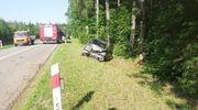 Kobieta kierująca mercedesem uderzyła w drzewo. Jechała z dzieckiem